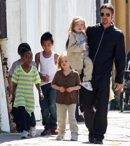 Brad Pitt com os filhos Maddox, Zahara, Shiloh, Pax e Vivienne