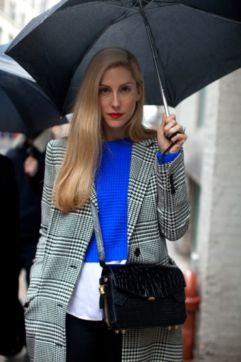 NEW-YORK-FASHION-WEEK-NYFW-STREET-STYLE-BRIGHT-BLUE-CLASSIC-PRINTS-JOANNA-HILLMAN-EDITOR-STYLE-HARPERS-BAZAAR-RED-LIPS-LIPSTICK-SIDEPART-HOUNDSTOOTH-PRINT-COAT-JACKET-BRIGHT-BLUE-KNIT-CROPPED-LAYERED-SWEATER-CROC-CROSSBODY-BAG