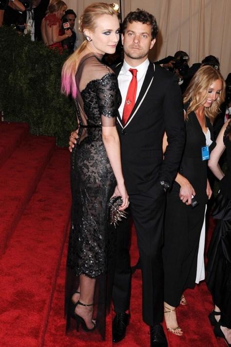 Diane Kruger num vestido Chanel com o namorado Joshua Jackson num fato Dior Homme