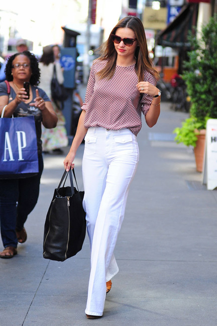 elle-miranda-kerr-street-style-white-jeans-black-bag-large_new