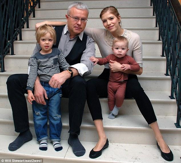 Com o marido e filhos